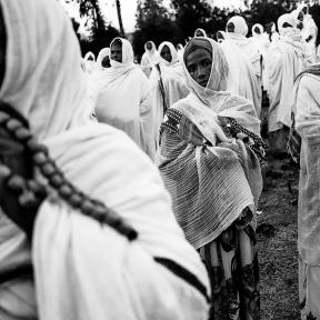 Axum, donne durante la veglia di preghiere che durerà tutta la notte e che culminerà il giorno dopo nella benedizione delle acque.