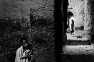 Lalibela, alcuni giovani fedeli pregano tra i cunicoli delle chiese rupestri. Queste chiese, oggi dichiarate patrimonio dell'umanità erano pressoché sconosciute al di fuori dei confini del Tigrai, ed ancora oggi, si sa molto poco della loro origine e della loro storia. La loro posizione remota e quasi inaccessibile, fu probabilmente scelta nel tentativo di sfuggire alle incursioni musulmane.