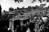 I fedeli si assiepano sul bordo del precipizio che circonda la chiesa di San Giorgio a Lalibela, forse la più famosa tra le chiese rupestri di questa zona.