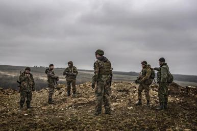 © Giorgio Bianchi - Combattenti separatisti filorussi nei pressi della loro trincea scavata lungo la prima linea di Debaltsevo. L'area è stata teatro di intensi combattimenti anche durante la Seconda Guerra Mondiale.