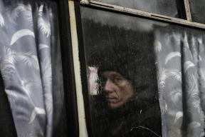 © Giorgio Bianchi - Passeggero all' interno di un autobus di linea in viaggio da Debaltsevo verso Donetsk. Sempre più persone stanno lasciando la città a causa della cronica carenza di generi di prima necessità e dell'interruzione delle utenze all'interno delle abitazioni.