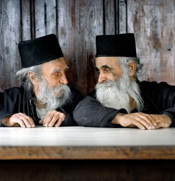 I due sarti del Monte Athos. Entrambi sono entrati in monastero a 18 anni. Hanno vissuto sempre insieme, condividendo tutto, per più di 40 anni. Da pochi mesi uno di loro è deceduto